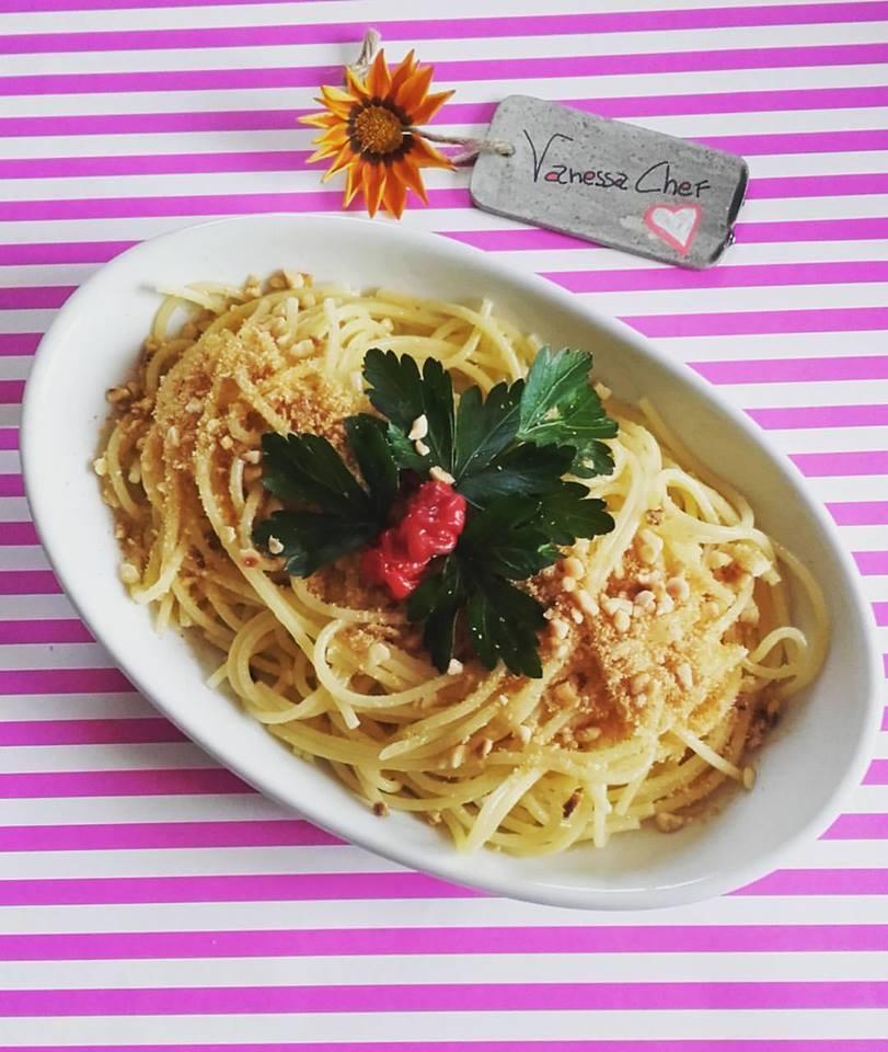 spaghetti aglio e olio con pangrattato e nocciole