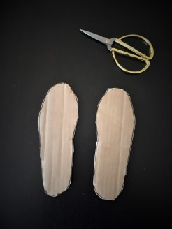 allacciarsi le scarpe sagome